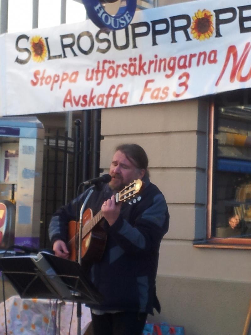 Pentti Salmenranta underhåller.